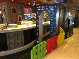 cruise met kinderen: kidscorner in buffet restaurant