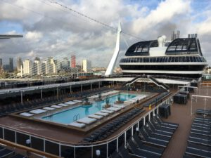 MSC Grandiosa het grote centrale zwembad